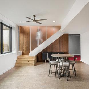 Idées déco pour un sous-sol contemporain donnant sur l'extérieur et de taille moyenne avec un mur blanc, un sol en liège et un sol beige.