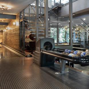 Idéer för stora funkis källare, med mellanmörkt trägolv och grått golv