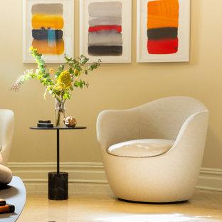 Inspiration pour un grand sous-sol traditionnel avec un mur beige, un sol en marbre et un sol beige.