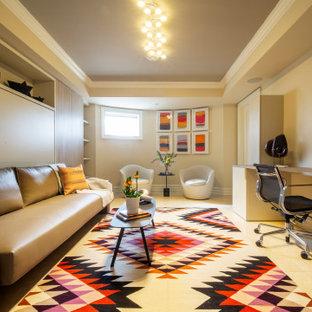 Cette photo montre un grand sous-sol chic avec un mur beige, un sol en marbre et un sol beige.