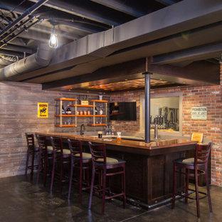 Idées déco pour un grand sous-sol industriel avec un bar de salon, béton au sol et un plafond en poutres apparentes.