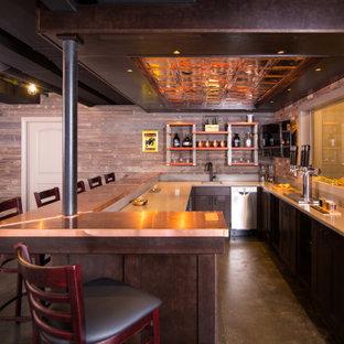 Cette image montre un grand sous-sol urbain avec un bar de salon, béton au sol, un sol gris et un plafond en poutres apparentes.