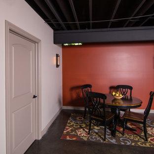 Exemple d'un grand sous-sol industriel avec un bar de salon, béton au sol et un plafond en poutres apparentes.