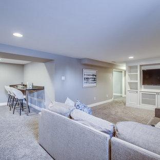 Cette photo montre un grand sous-sol semi-enterré avec un mur gris, moquette et un sol beige.
