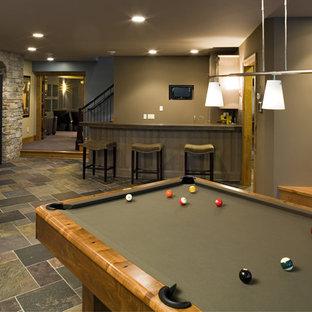 Réalisation d'un sous-sol design de taille moyenne et donnant sur l'extérieur avec un mur vert.