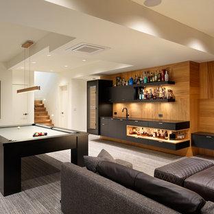 Bild på en funkis källare, med vita väggar, heltäckningsmatta och grått golv
