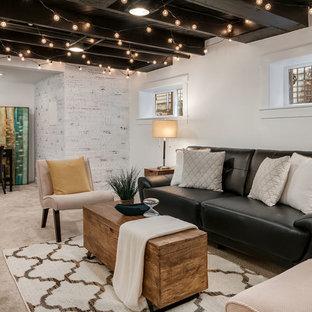 Inspiration pour un sous-sol rustique semi-enterré avec un mur beige, moquette et un sol beige.