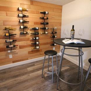 Idées déco pour un petit sous-sol classique en bois semi-enterré avec un mur blanc, un sol en vinyl et un sol marron.