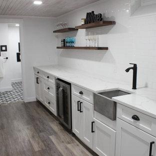 Réalisation d'un petit sous-sol tradition semi-enterré avec un mur blanc, un sol en vinyl, un sol marron et un plafond en bois.