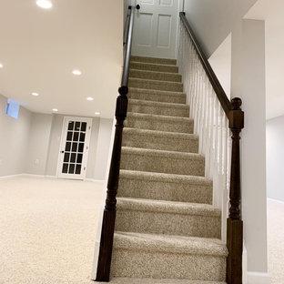 Inspiration pour un sous-sol traditionnel donnant sur l'extérieur et de taille moyenne avec un mur gris, moquette, aucune cheminée et un sol blanc.