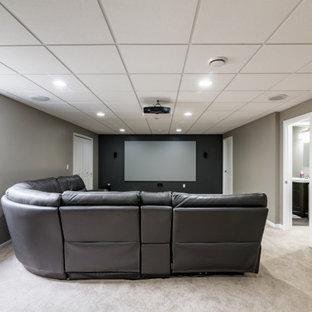 Idées déco pour un grand sous-sol moderne semi-enterré avec un mur gris, moquette et un sol beige.