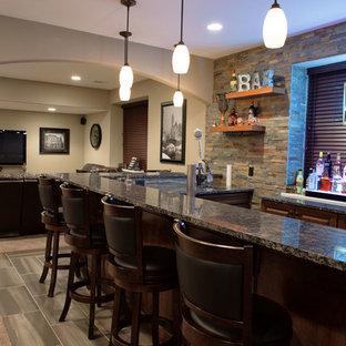 Idée de décoration pour un grand sous-sol tradition donnant sur l'extérieur avec un mur beige, un sol en carrelage de porcelaine et un bar de salon.