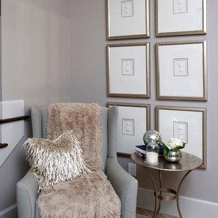 Idées déco pour un sous-sol classique avec un mur gris, un sol en carrelage de porcelaine et un sol beige.
