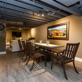 Inspiration pour un grand sous-sol design semi-enterré avec un mur beige, un sol en carrelage de porcelaine, aucune cheminée et un sol gris.