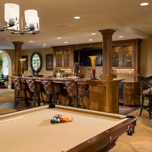 Inspiration pour un sous-sol traditionnel semi-enterré avec un mur beige, moquette, aucune cheminée, un sol jaune et un bar de salon.