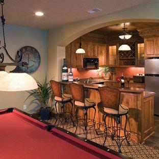 Idée de décoration pour un sous-sol tradition enterré avec un mur orange, aucune cheminée et un sol multicolore.