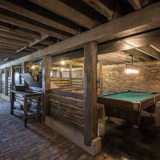 Immagine di una taverna country con sbocco e pavimento in mattoni
