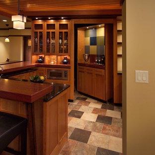 Ispirazione per una taverna american style interrata con pareti beige, pavimento con piastrelle in ceramica e pavimento multicolore
