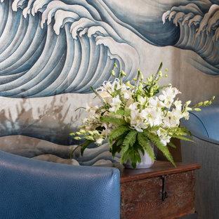 Immagine di una grande taverna etnica con pareti grigie, pavimento in gres porcellanato e pavimento grigio