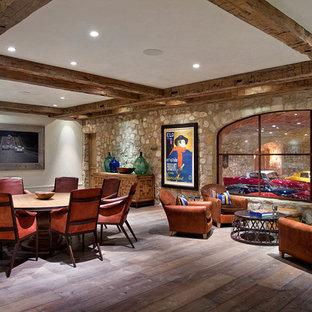 Inspiration för en stor lantlig källare utan fönster, med vita väggar, mörkt trägolv och brunt golv