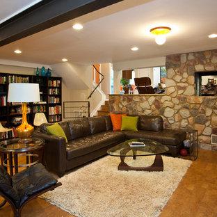 Réalisation d'un sous-sol vintage avec un sol en bois brun, aucune cheminée, un mur beige et un sol orange.