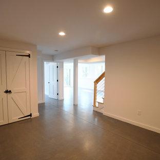 Inspiration pour un grand sous-sol vintage donnant sur l'extérieur avec un mur blanc, béton au sol, un sol gris et du lambris.