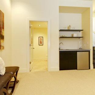 Exemple d'un sous-sol chic semi-enterré et de taille moyenne avec un mur beige, moquette et un sol beige.