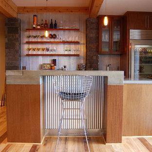 Cette image montre un sous-sol chalet donnant sur l'extérieur et de taille moyenne avec un mur marron, un sol en bois brun et aucune cheminée.