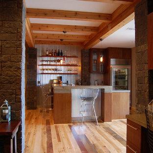 Réalisation d'un sous-sol chalet de taille moyenne et donnant sur l'extérieur avec un mur marron, un sol en bois brun et aucune cheminée.