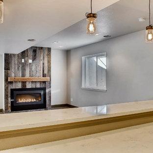 Exemple d'un sous-sol industriel enterré et de taille moyenne avec un mur blanc, moquette, une cheminée standard, un manteau de cheminée en bois et un sol gris.