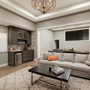 Inspiration pour un grand sous-sol traditionnel enterré avec un mur gris, un sol en vinyl et un sol marron.