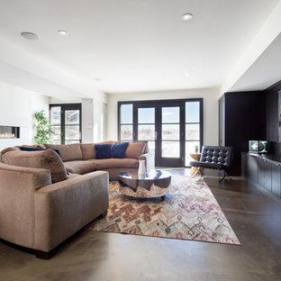 Inspiration pour un grand sous-sol minimaliste donnant sur l'extérieur avec un sol en calcaire, une cheminée ribbon et un mur blanc.