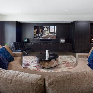 Idée de décoration pour un grand sous-sol minimaliste donnant sur l'extérieur avec un mur blanc, un sol en calcaire et une cheminée ribbon.