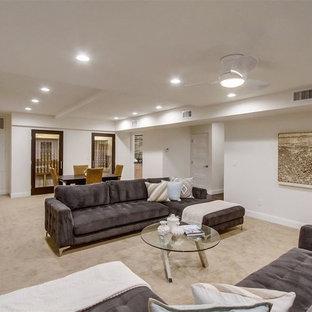 Idée de décoration pour un sous-sol design donnant sur l'extérieur et de taille moyenne avec un mur beige, moquette et un sol beige.