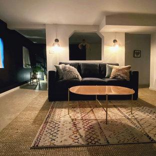 Réalisation d'un sous-sol tradition donnant sur l'extérieur et de taille moyenne avec un mur blanc, un sol en linoléum, aucune cheminée et un sol beige.