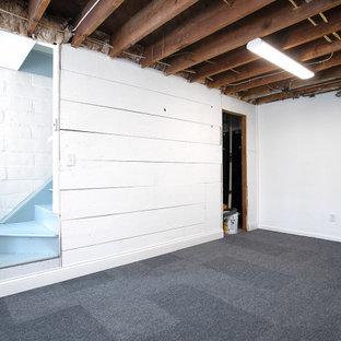 Inspiration pour un sous-sol vintage semi-enterré et de taille moyenne avec un mur blanc, moquette, un sol gris et du lambris de bois.