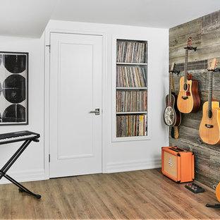Idées déco pour un sous-sol classique de taille moyenne avec un mur blanc, un sol en bois brun, aucune cheminée et un sol marron.