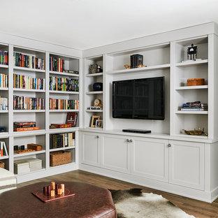 Idées déco pour un sous-sol contemporain semi-enterré et de taille moyenne avec un mur blanc, un sol en bois brun, aucune cheminée et un sol marron.