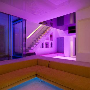 Idées déco pour un grand sous-sol contemporain avec un mur blanc et un sol en bois clair.