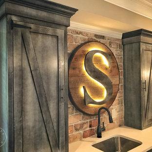 Cette image montre un petit sous-sol chalet semi-enterré avec un mur gris, un sol en vinyl et un sol marron.