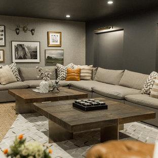 Idée de décoration pour un sous-sol urbain enterré avec un mur gris, moquette et un sol beige.