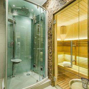 Idée de décoration pour un petit sous-sol design enterré avec un mur gris, un sol en bois clair et un sol gris.