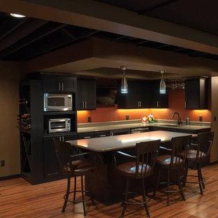 Cette photo montre un sous-sol chic avec un sol orange.