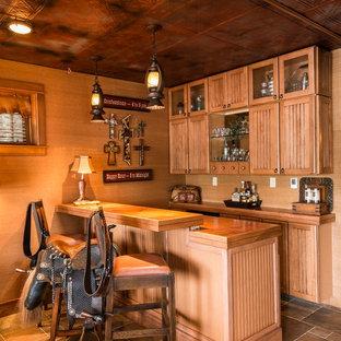 Foto di una taverna tradizionale di medie dimensioni con pavimento con piastrelle in ceramica, sbocco, pareti arancioni e camino classico