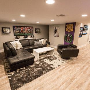 Exemple d'un très grand sous-sol moderne donnant sur l'extérieur avec un mur violet, un sol en bois clair et un sol beige.