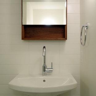 Inspiration pour un petit sous-sol traditionnel avec un mur blanc et un sol en carrelage de céramique.