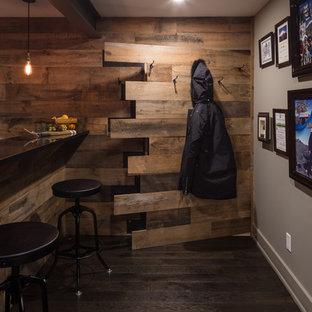 オタワのラスティックスタイルのおしゃれな地下室 (濃色無垢フローリング、マルチカラーの壁) の写真