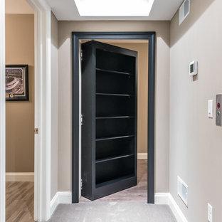 Idées déco pour un grand sous-sol classique donnant sur l'extérieur avec un mur beige, moquette et aucune cheminée.