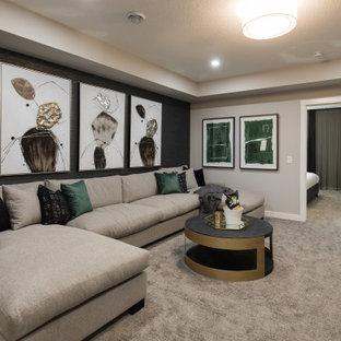 Cette image montre un grand sous-sol traditionnel enterré avec un mur gris, moquette, un sol gris et du papier peint.