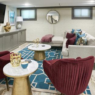 Ispirazione per una taverna tradizionale seminterrata con pareti bianche, parquet chiaro e pavimento beige